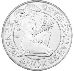 // 500 forint, 640-es ezüst, Magyar Népköztársaság, 1984 // - Az ENSZ az 1976-1985 közti időszakot a Nők évtizedének nyilvánította 1975-ben. Ennek teljesülését köszöntötte ez az ezüst érme a program hivatalos emblémájával. Az akkor felvetett problémák ném