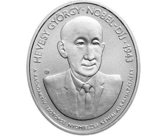 // 5000 forint, 925-ös ezüst, Magyarország, 2018 // - Nobel-díjas tudósainkat felvonultató érmesorozat 2018-ban megjelent tagja Hevesy György vegyész munkássága előtt tiszteleg. Az általa kifejlesztett radioaktív jelző módszerrel kémiai folyamatokat lehet