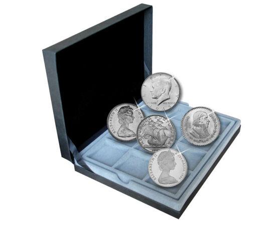 // ezüstpénzek // - A pénz valamennyi gazdasági tranzakció közös mércéje. Csereeszközként szolgál, amelyet a cserét bonyolító minden résztvevő fizetségként elfogad. A csereeszköznek pedig mindenekelőtt tartósnak és értékállónak kell lennie. Ezért van az,
