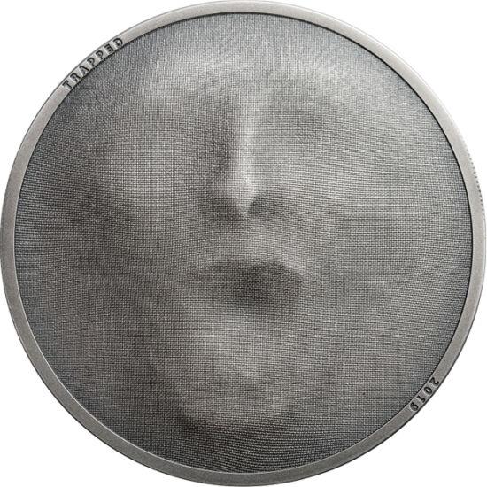 // 5 dollár, 999-es ezüst, Cook-szigetek, 2019 // - A távoli ország tervezői teljesen kihasználták a modern érmeverési technikákat. Újdonságként hat a szövet textúrát élethűen visszaadó mikroveret. A mögötte megbúvó emberi arc emeli ki a szövetet, mint mo